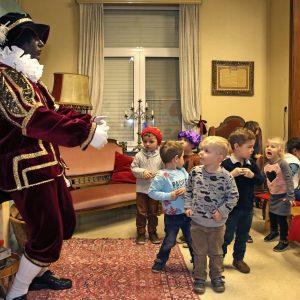 Kleuters Eltenbos bezoeken het Sinterklaashuis