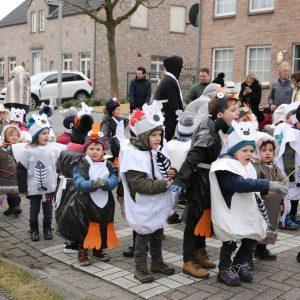 Optocht kleuters tijdens carnaval op Eltenbos