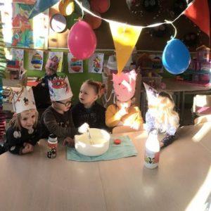 Kleuters van klas C2 vieren de derde verjaardag van klaspop Jules