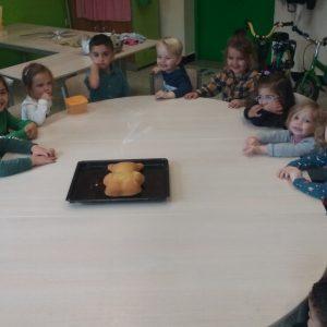 Kleuters van klas C2 bakken een cake