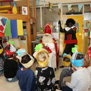 De Sint bezoekt alle kleuters in de centrumschool