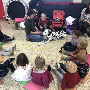 Hond Indy viert dierendag met jongste kleuters